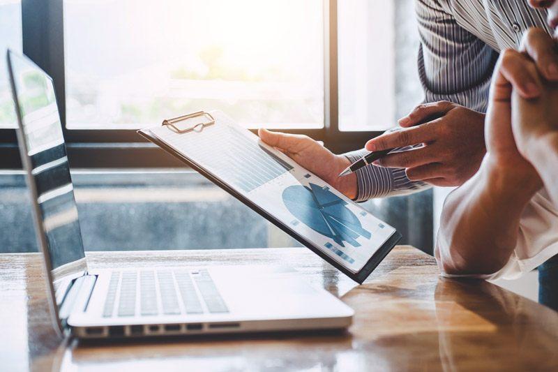 consultor comercial mostrando resultados de ventas en dispositivo