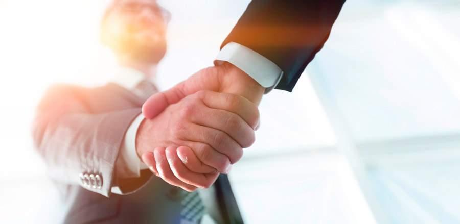 tipos de negociación: dos empresarios cerrando un acuerdo