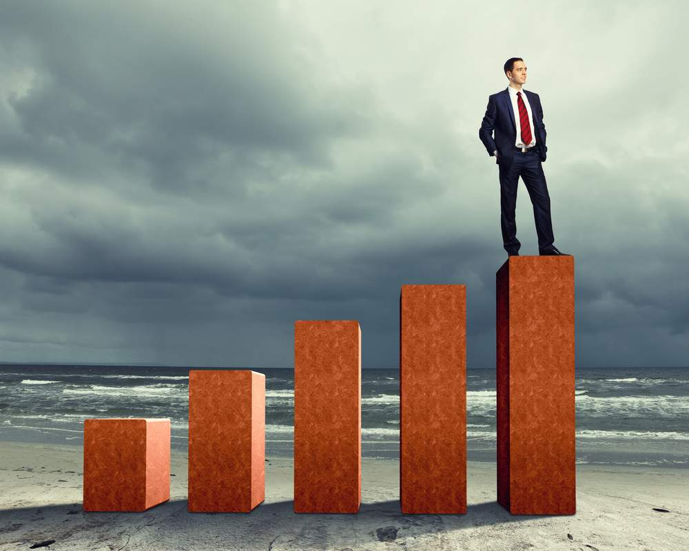 empresario que observa el crecimiento de su empresa
