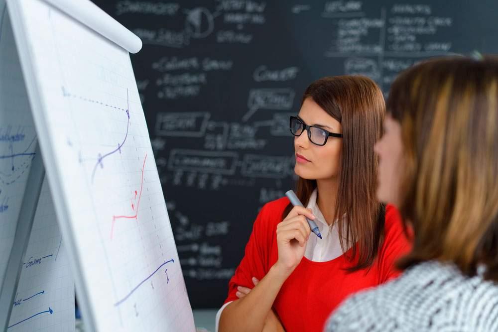 dos mujeres comerciales analizando estrategias de ventas